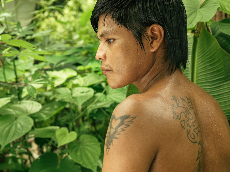 Photo Embera man, son of the village leader, with western-style tattoo Chocó, Colombia